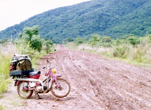 3853-Malawi-min motorcykel efter det mudrede stykke mellem Nkota Kota og Nkata Bay